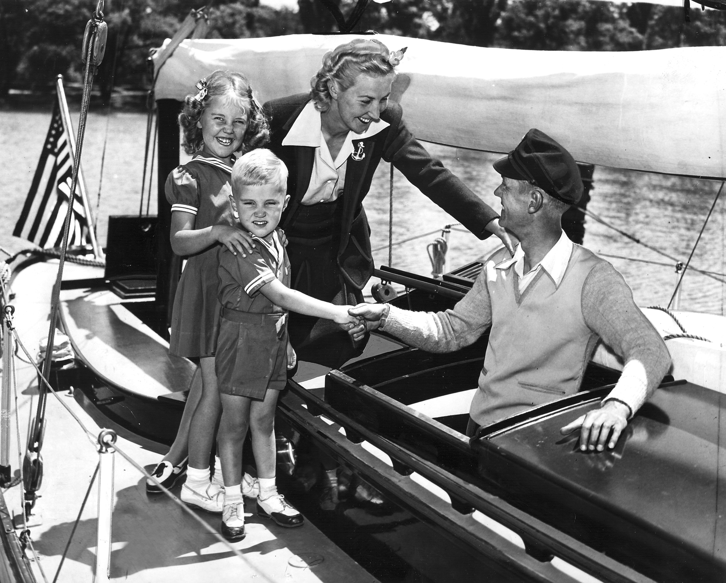toot ruth nancy skip apache hatch.jpg - Toot Gmeiner w/ Ruth, Nancy, Skip aboard Apache July 9th, 1942
